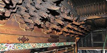 宮殿上部の彫刻は三段に組まれており、 下から順に象、獏、龍が彫られている