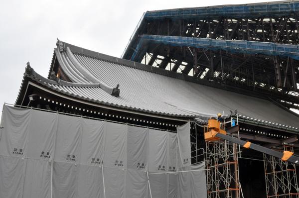 半分まで解体が進んだ素屋根