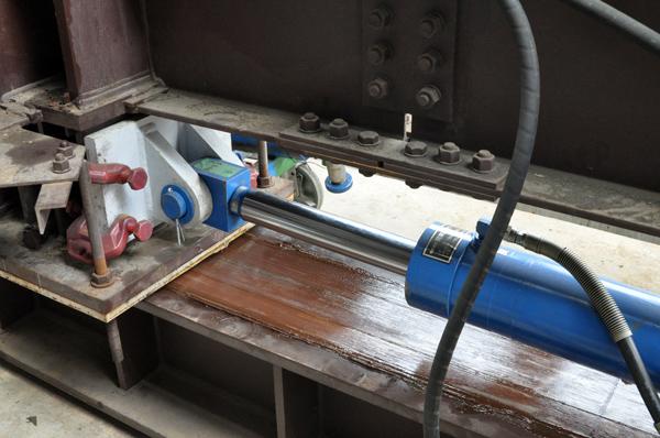 油圧ジャッキで素屋根を押す。